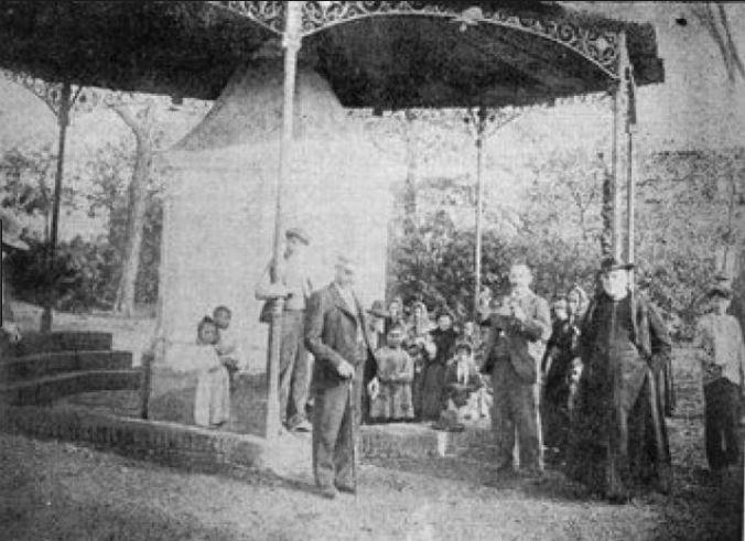 Don Claudio Cebrián Pozo junto a la Fuente Agria S XIX