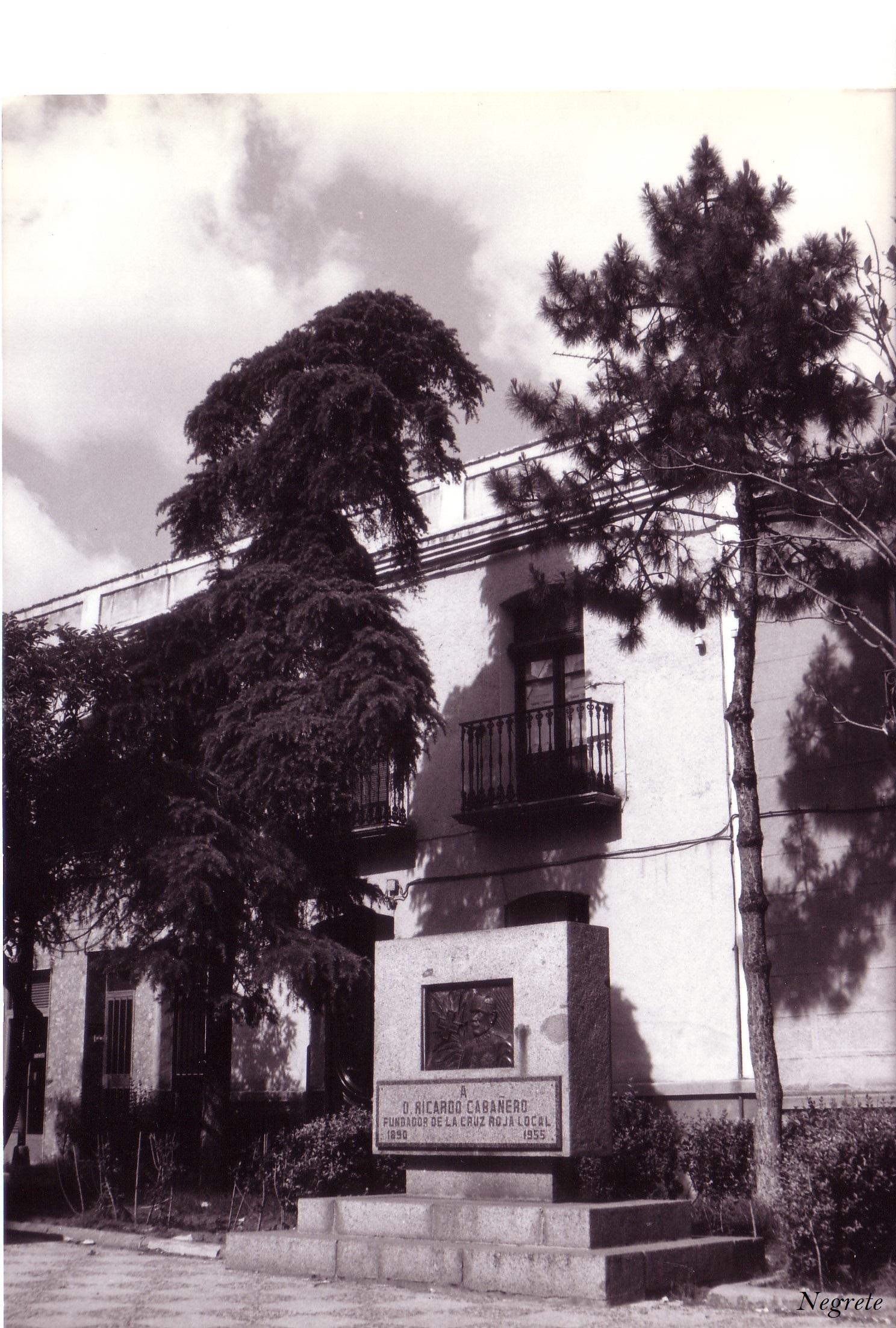 Monumento Ricardo Cabañero fundador de la Cruz Roja local Autor Manuel Santos. Fotografía F. Negrete 1986