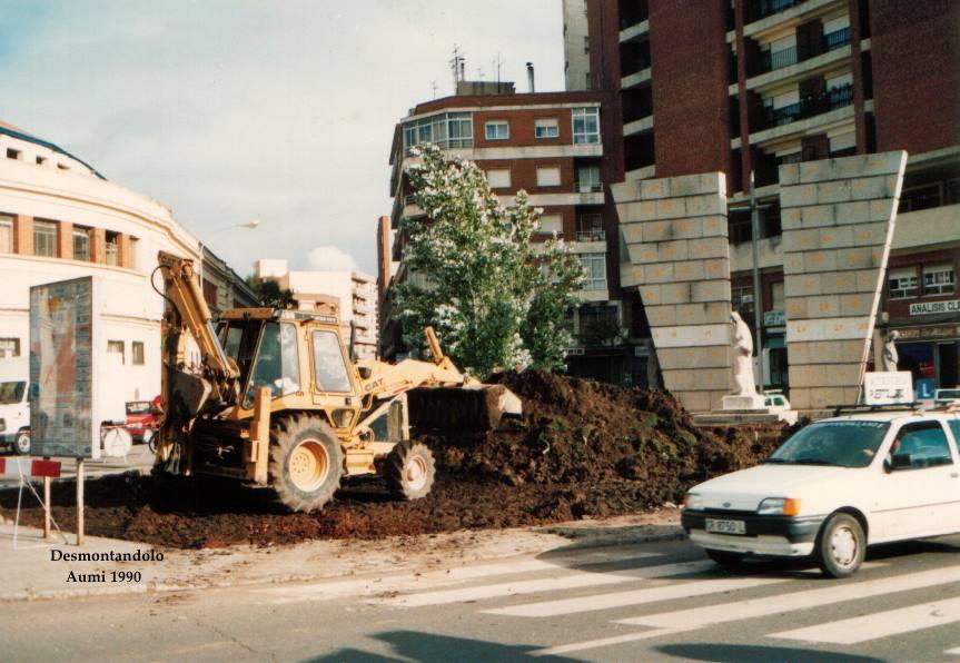 Desmontando el Monumento a los Caídos en el Trabajo Fotografía Aumi Arias 1990