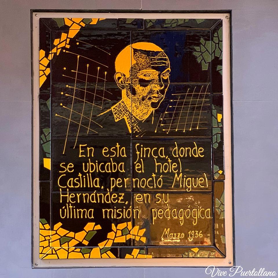 Placa conmemorativa de la estancia del poeta Miguel Hernández en el Hotel Castilla