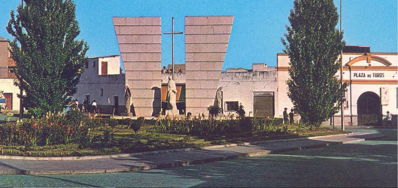 Monumento a los caídos en el trabajo y al fondo la Plaza de Toros Archivo F. Negrete