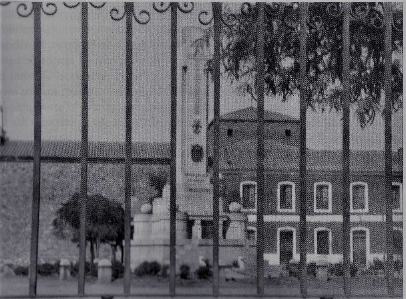 Monumento a los Caídos tras la verja que rodeaba la Iglesia de la Virgen de Gracia