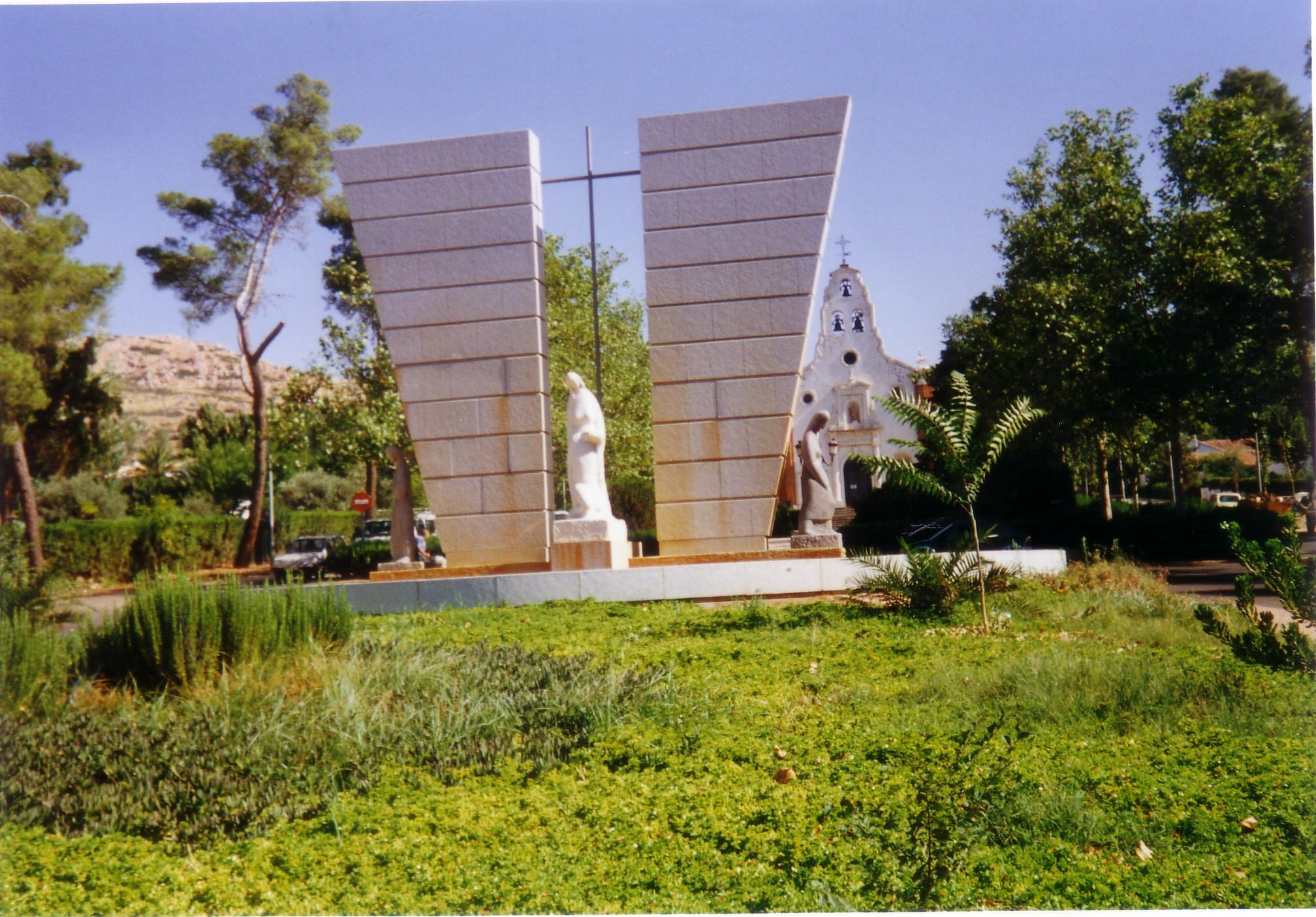 Monumento a los caídos en el trabajo en el Poblado, al fondo la Iglesia Santa Bárbara Fotografía F. Negrete 2018