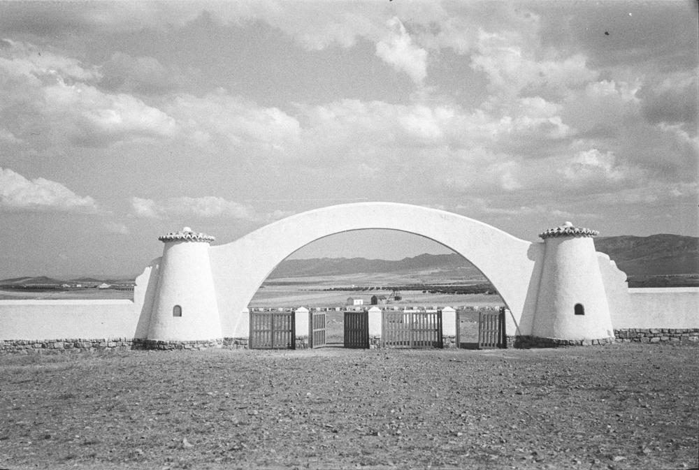 Entrada al futuro estadio de futbol. Fotografía Wunderlich Otto. Fotografía tomada hacia 1952