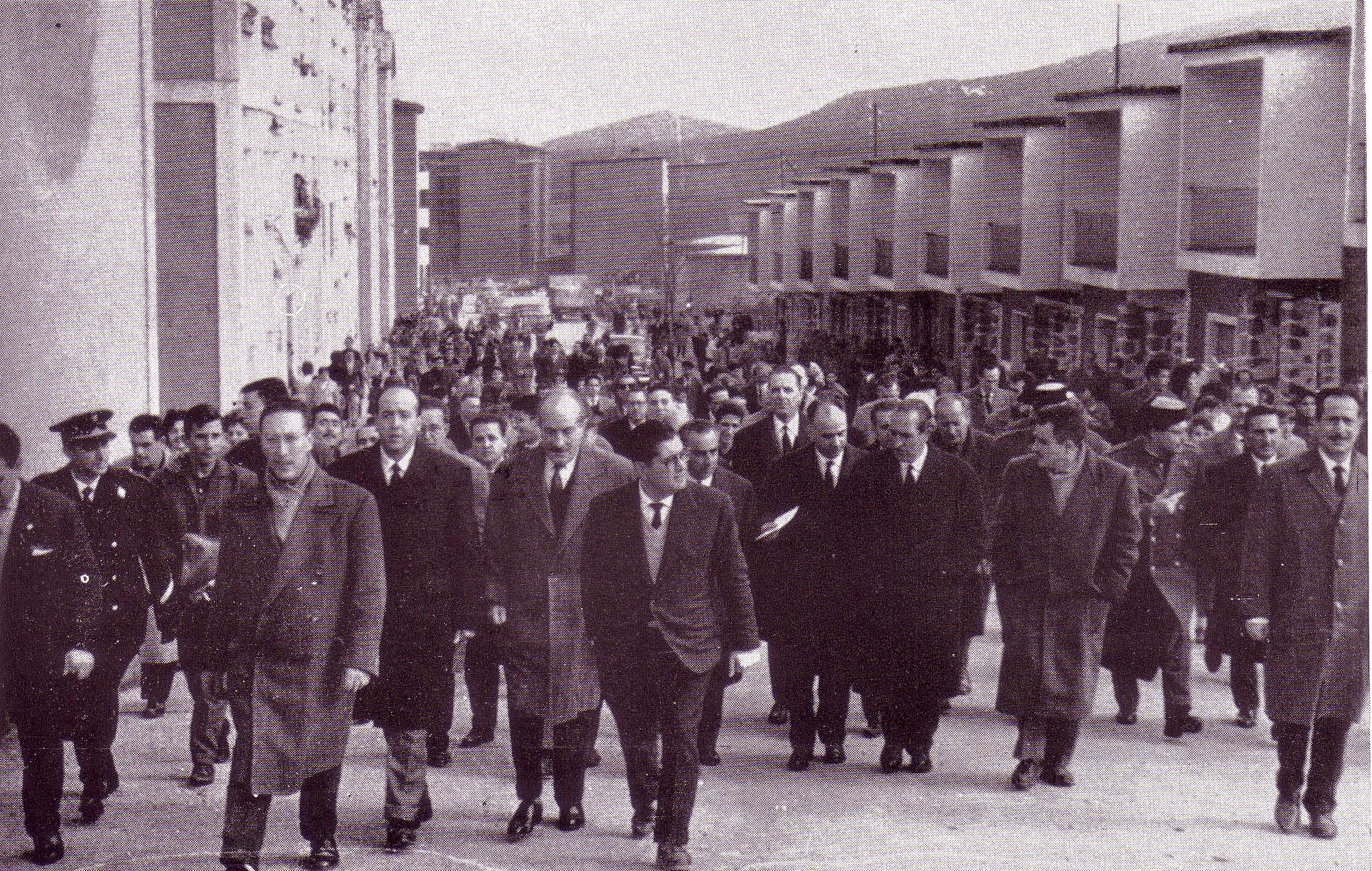 Calle Alcántara, en los años 50 entrega de viviendas en la barriada 630