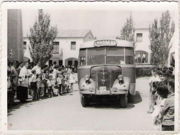 Autocar de Rivilla, en la plaza de San José (barriada 309), festividad de San Cristóbal en Puertollano año 1957