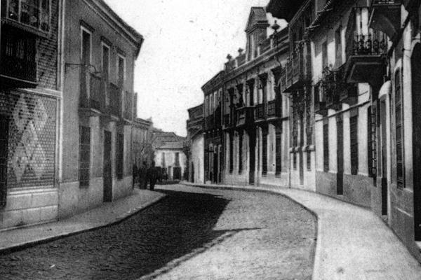 Edificio de Correos al fondo en la calle Calzada 1930. Fotografía Oña
