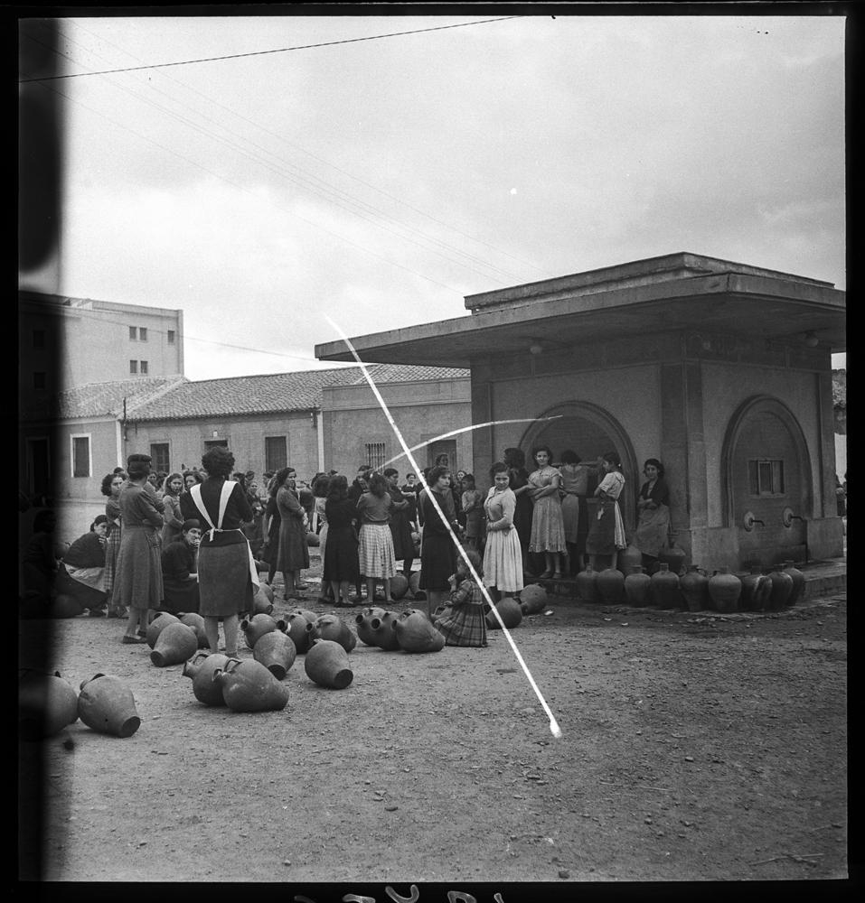 Grupo de mujeres que esperan en la fuente publica Calvo Sotelo junto a unos cántaros. Avenida de los Mártires. 1950 Fotografía Otto-Wunderlich