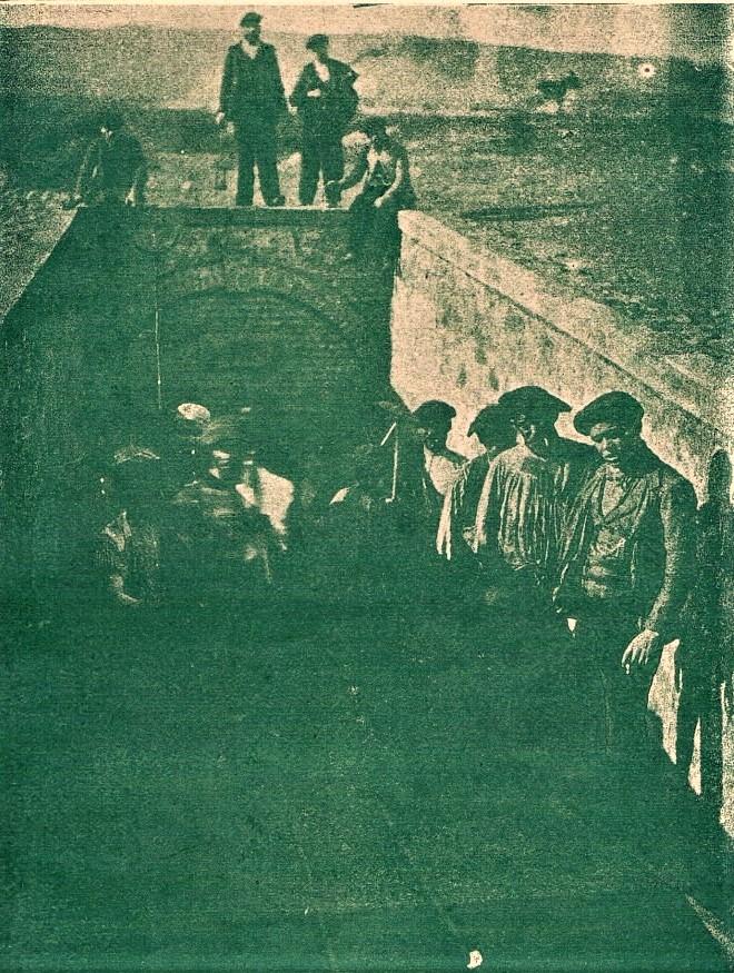 Salida de mineros por la rampa de Mina Aurora. 1907. Archivo Museo Municipal