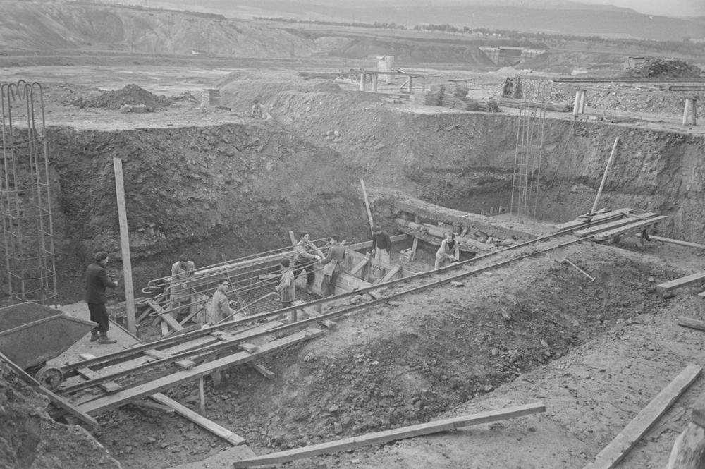 Operarios trabajando en la construcción de la Empresa. 1952. Fotografía Wunderlich Otto.