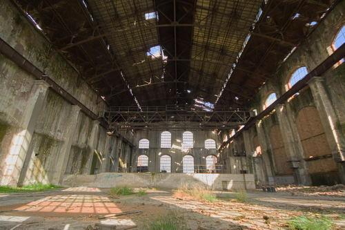 Interior abandonado de la nave principal de la Central Térmica.