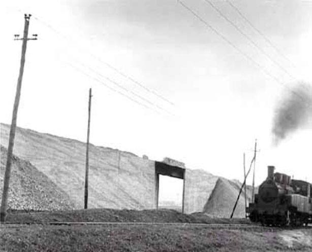 Al fondo el puente para dar salida al Ramal de San Vicente bajo el Ferrocarril de Refinería-Fábrica