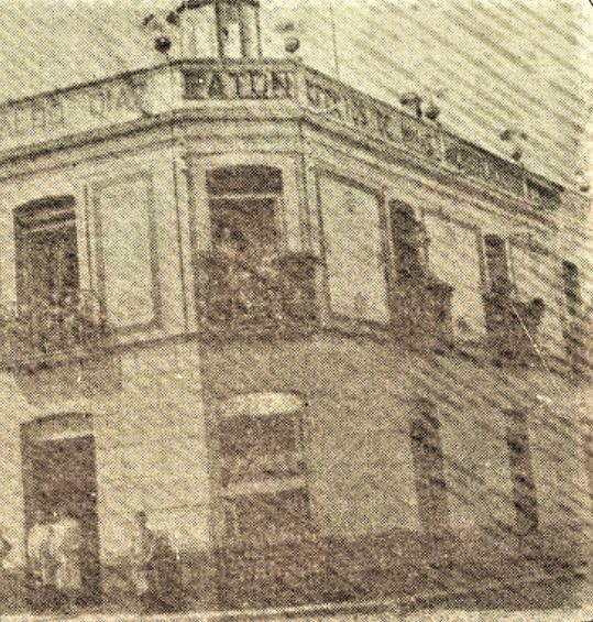 Plaza de Villarreal con la casa Patón en primer plano y que da nombre a como se conoce popularmente esta plaza Plazolete Patón