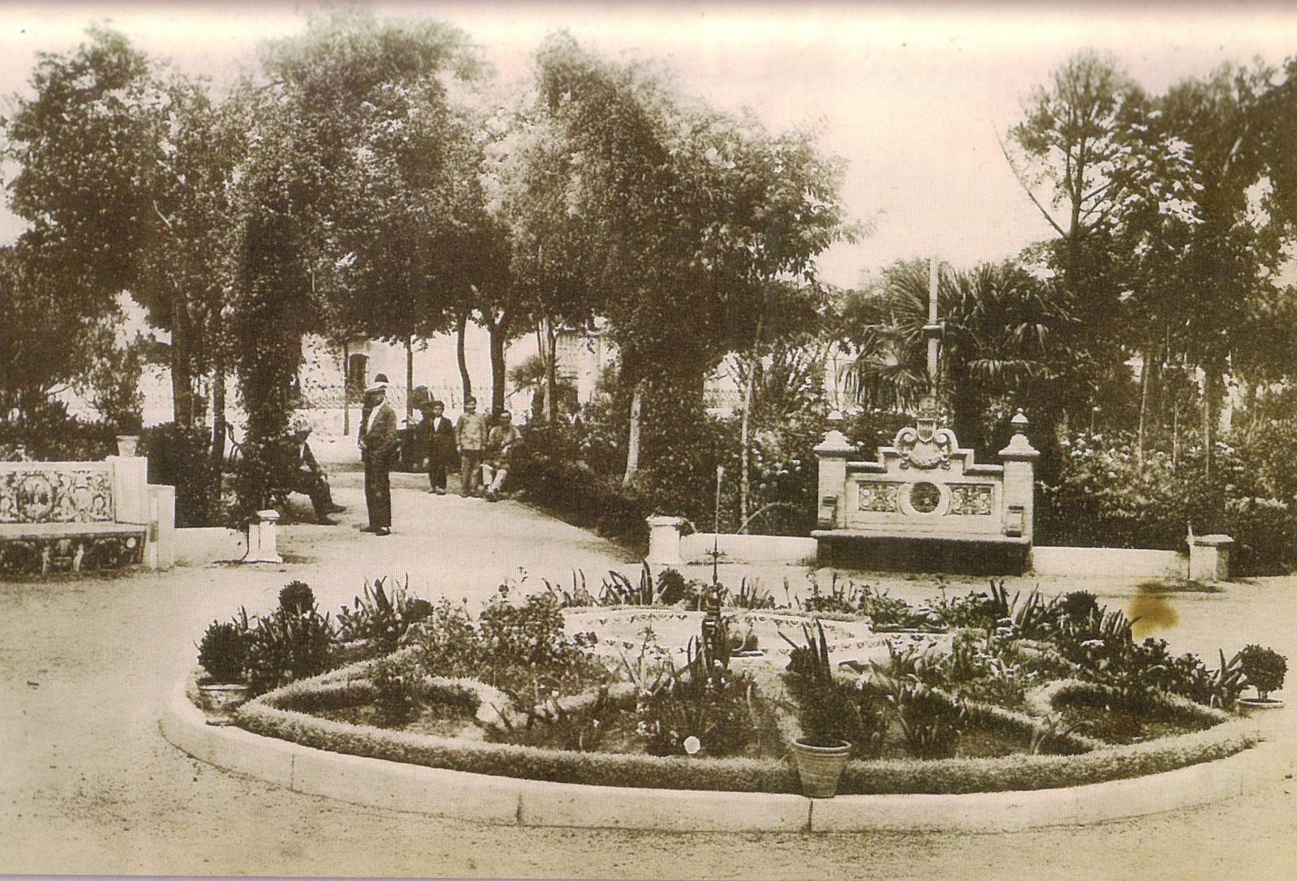 Glorieta de D. Emilio Porras Delgado o Fuente de los Leones. 1930. Fotografía Oña