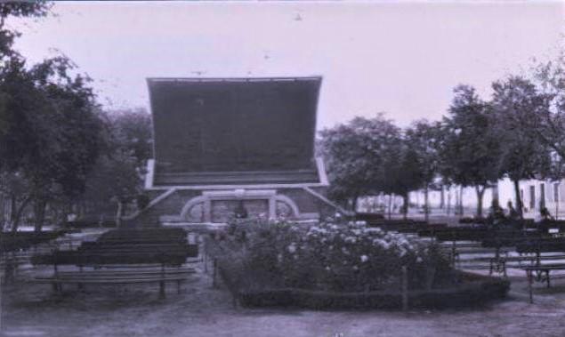 Rosaleda, bancos y Concha de Música. Años 60