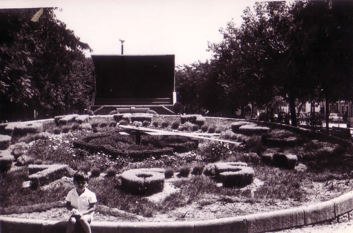 Sentado en el borde del Reloj con la Concha de Música al fondo 1964- Archivo F. Negrete