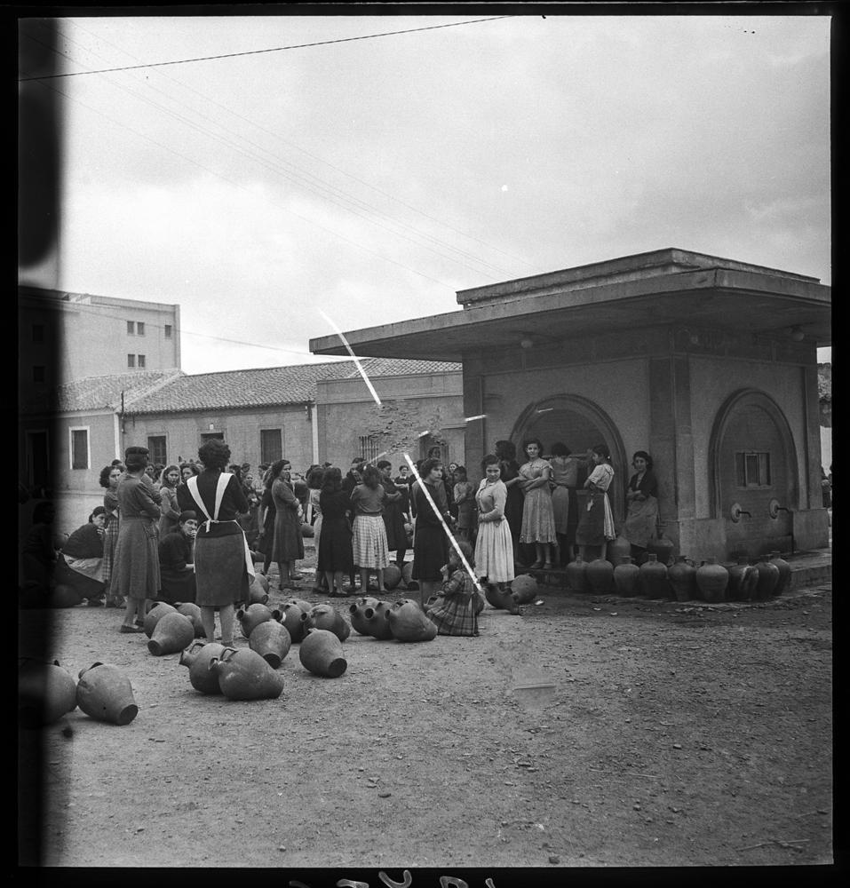 Grupo de mujeres que esperan en una fuente junto a unos cántaros 1950-Fot.-Otto-Wunderlich