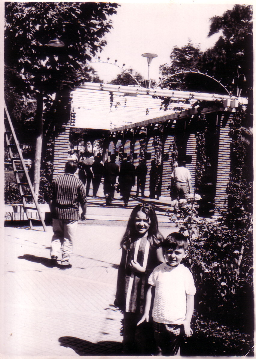Con las pérgolas al fondo. 1963. Archivo F. Negrete
