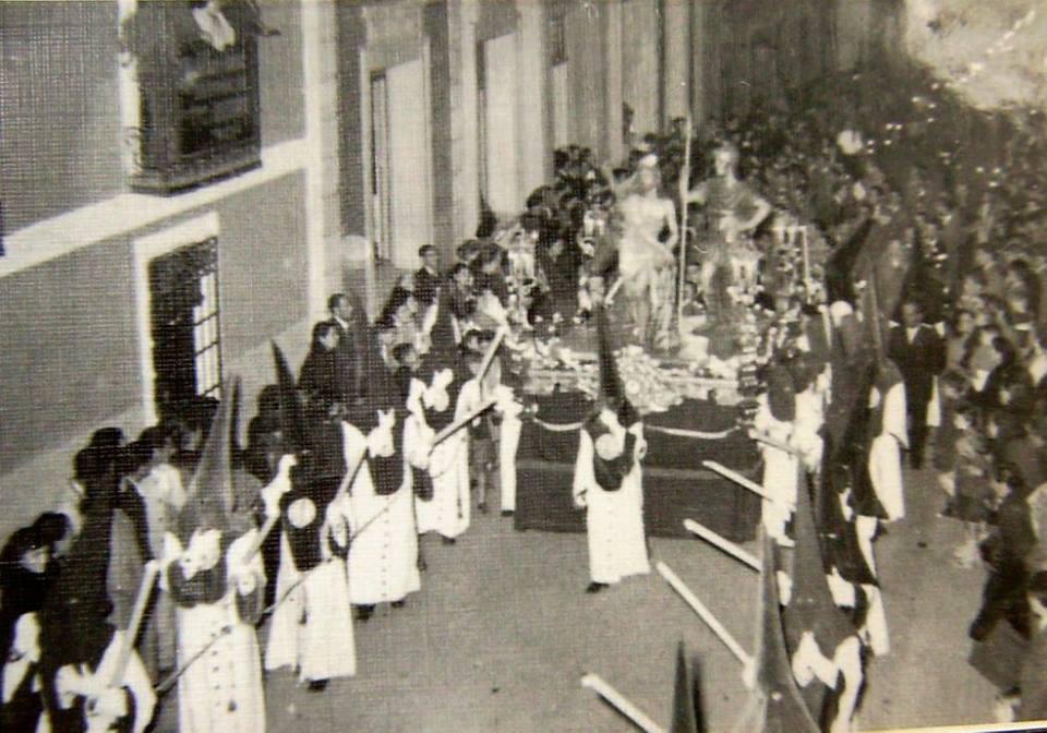 Hermandad de la Veracruz.1953 Fotografía García. Archivo Joaquín Castañeda