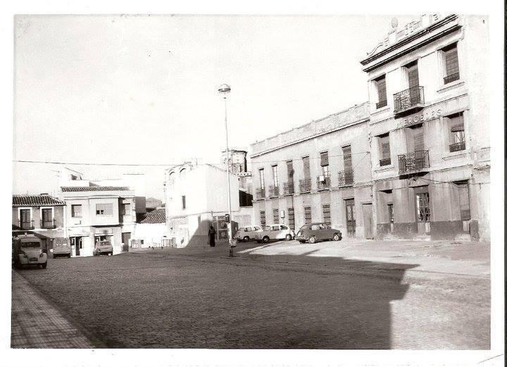 Plaza Ramón y Cajal. Se ve el Hostal Mercedes