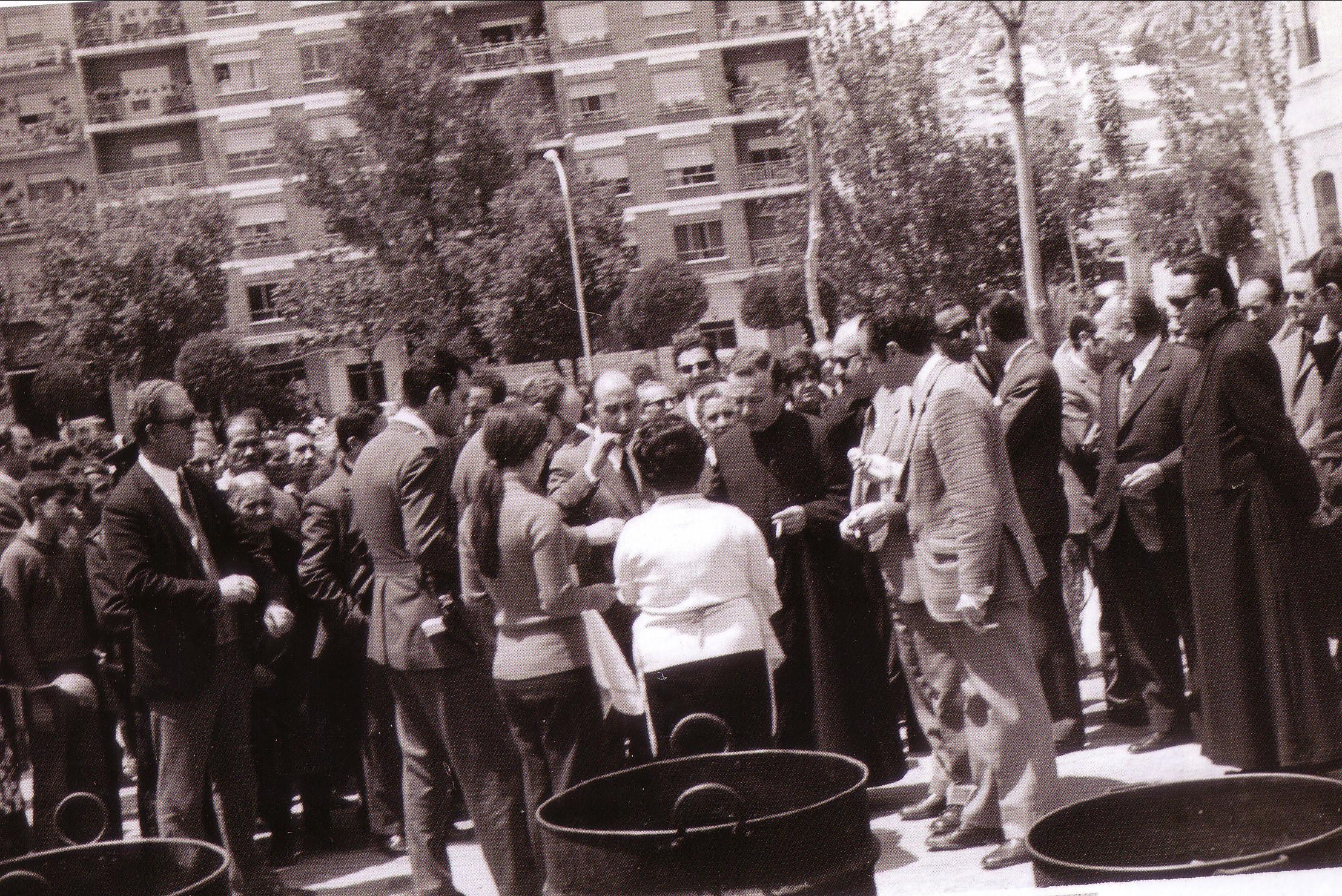 Probando el guiso del Voto las autoridades 1972