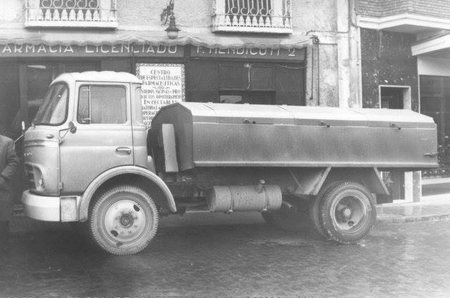 """De los primeros camiones para la recogida de basura, aparcado en la Farmacia """"La Bomba"""", al lado del ayuntamiento (Plaza la Constitución)."""