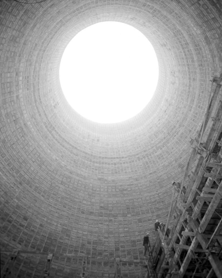 Desde dentro de la torre de refrigeración de la Central Térmica. 1971. Fotografía Pando Barrero, Juan Miguel