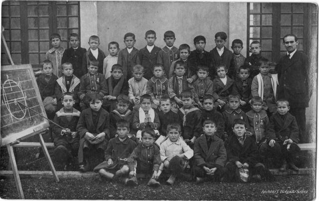 Escuelas Ave María de Puertollano en 1917. Profesor D. Victoriano Martínez. Archivo Holgado Soliva