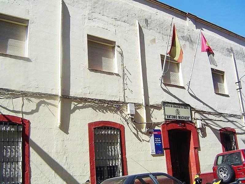 Centro de Educación de adultos Antonio Machado en calle Cañas