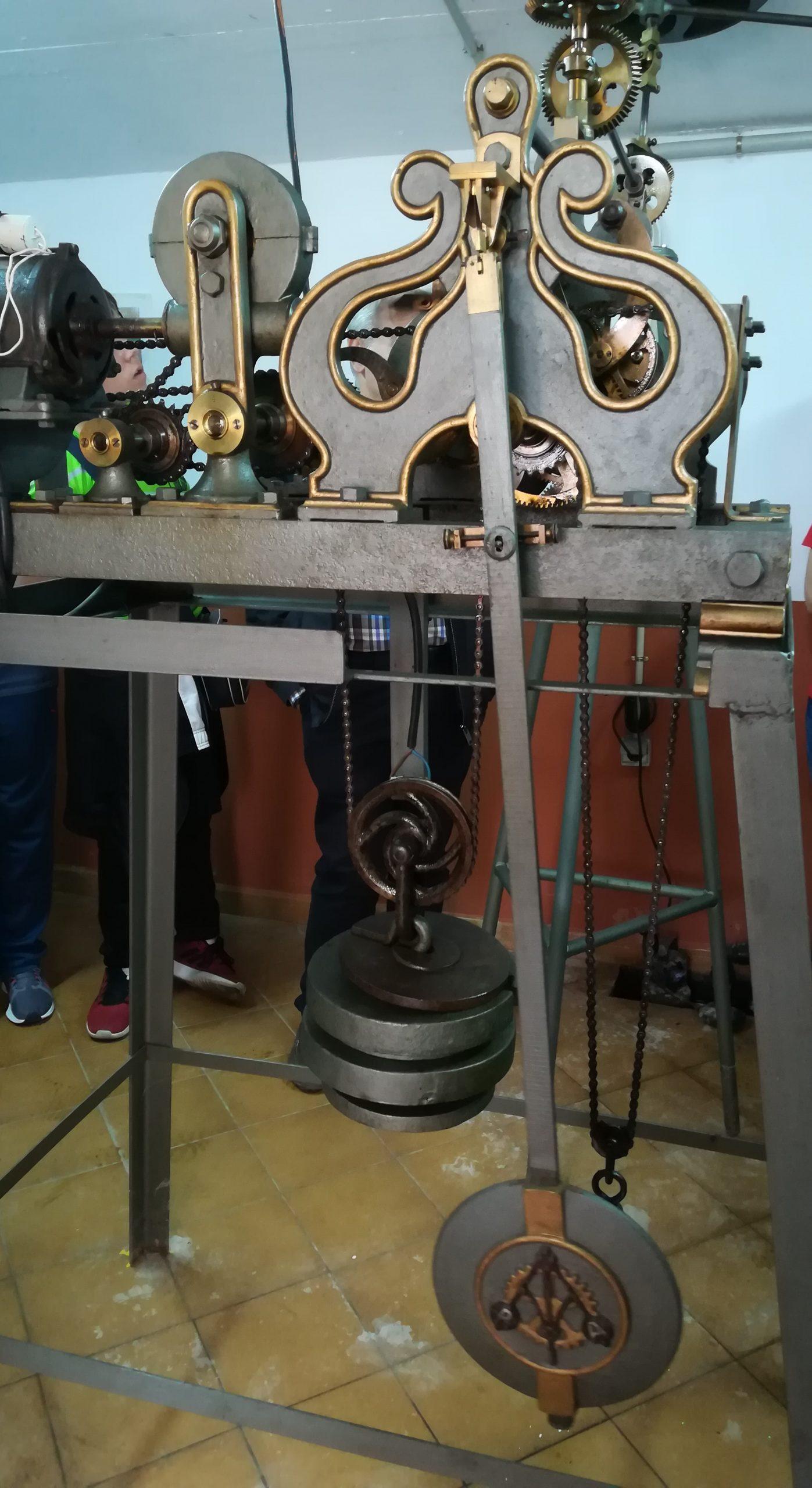 Detalle de la maquinaria del reloj de flores.