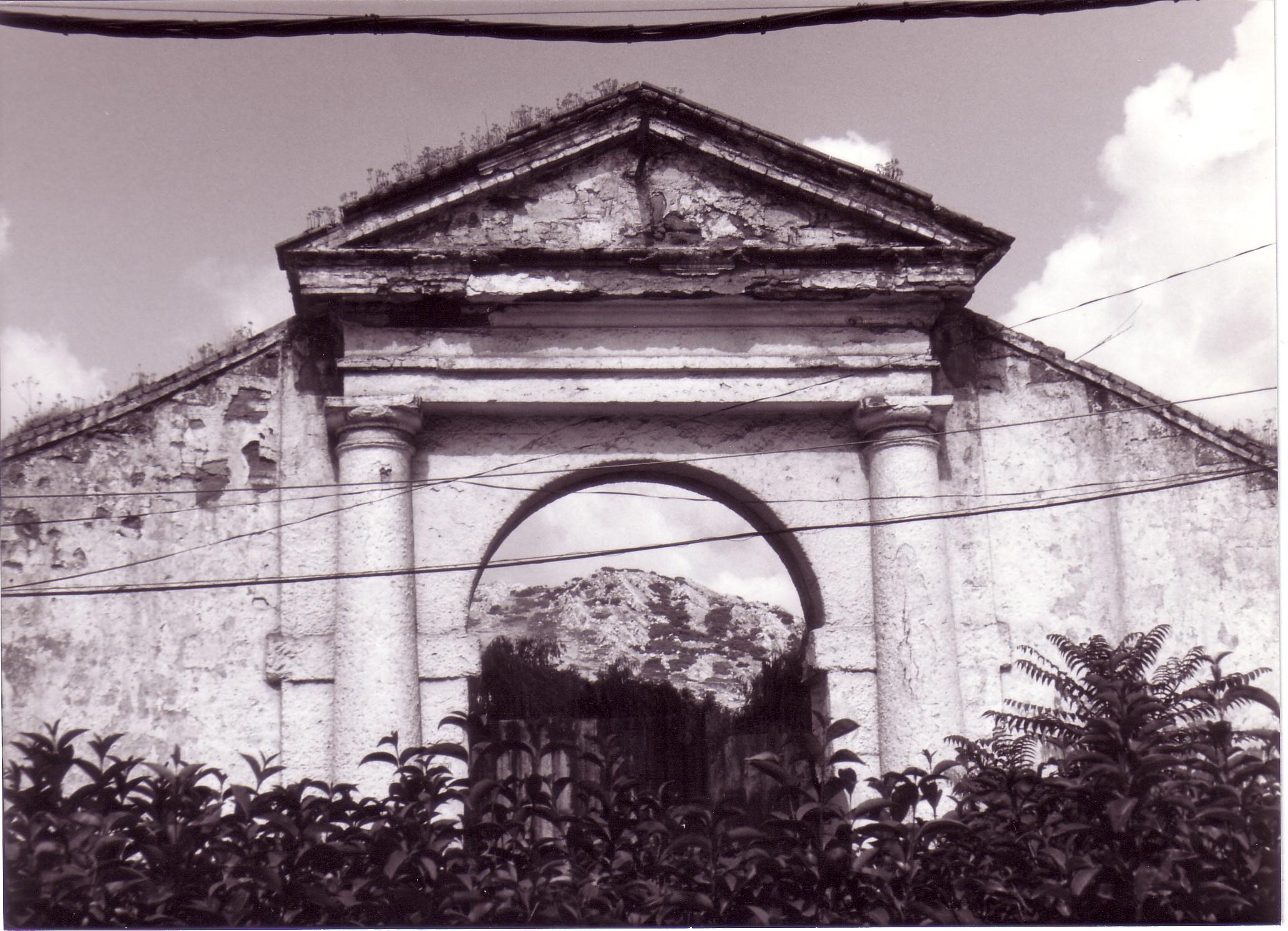 Entrada de la fundición de plomo Ntra. Señora de Gracia, situada en el Bosque. Archivo F. Negrete 1986