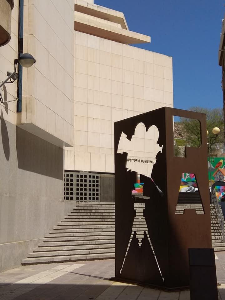 Plaza Mariana Pineda. Al fondo el Auditorio Municipal Pedro Almodóvar