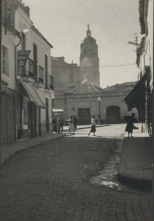 Calle Aduana y vista de la Torre de la Parroquia de la Asunción. Años 60
