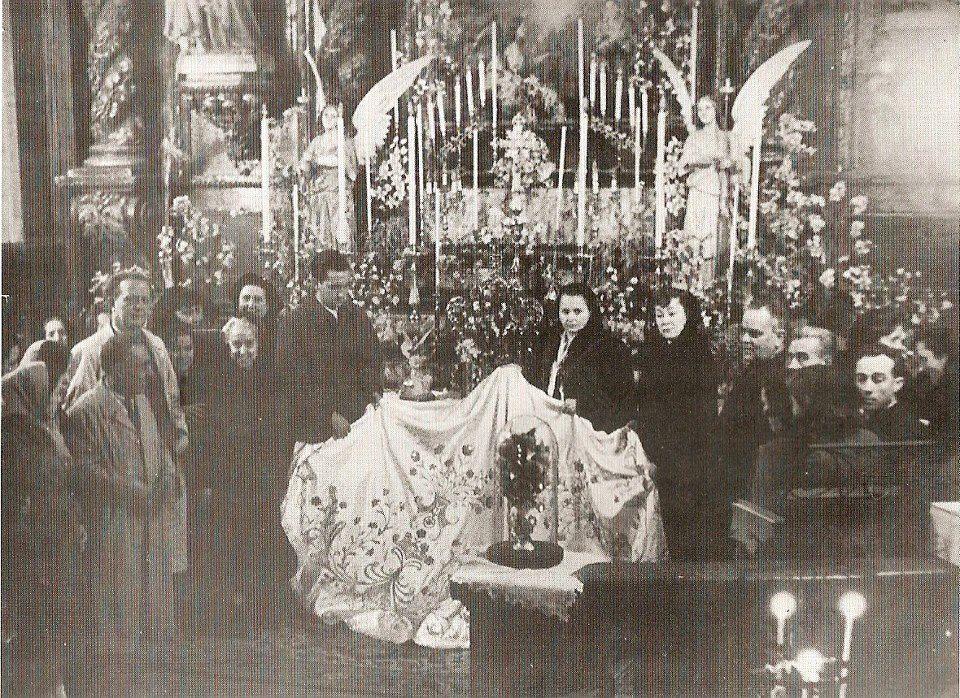Donación a la Virgen de Gracia del capote de paseo por la familia del torero Julio Aparicio. 1953