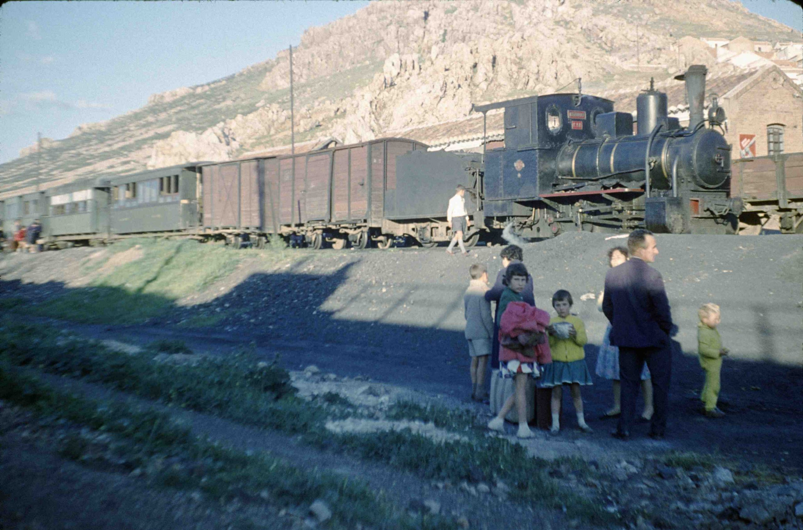 Trenillo Valdepeñas Puertollano. Maquina Asturias parado en Puertollano. 1962