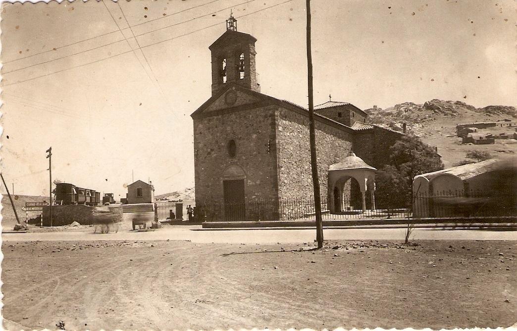 Iglesia Virgen de Gracia. A la Izquierda la estación del Trenillo que iba a Calzada de Calatrava y Valdepeñas. Años 50