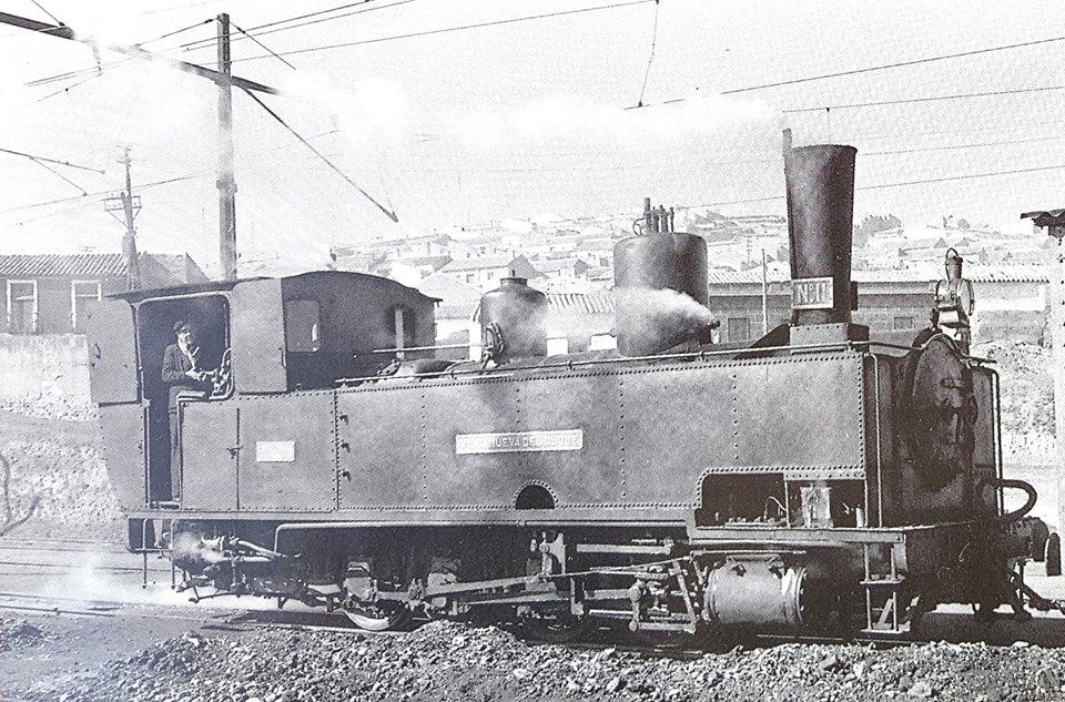 Máquina de tren en la vía estrecha 1962