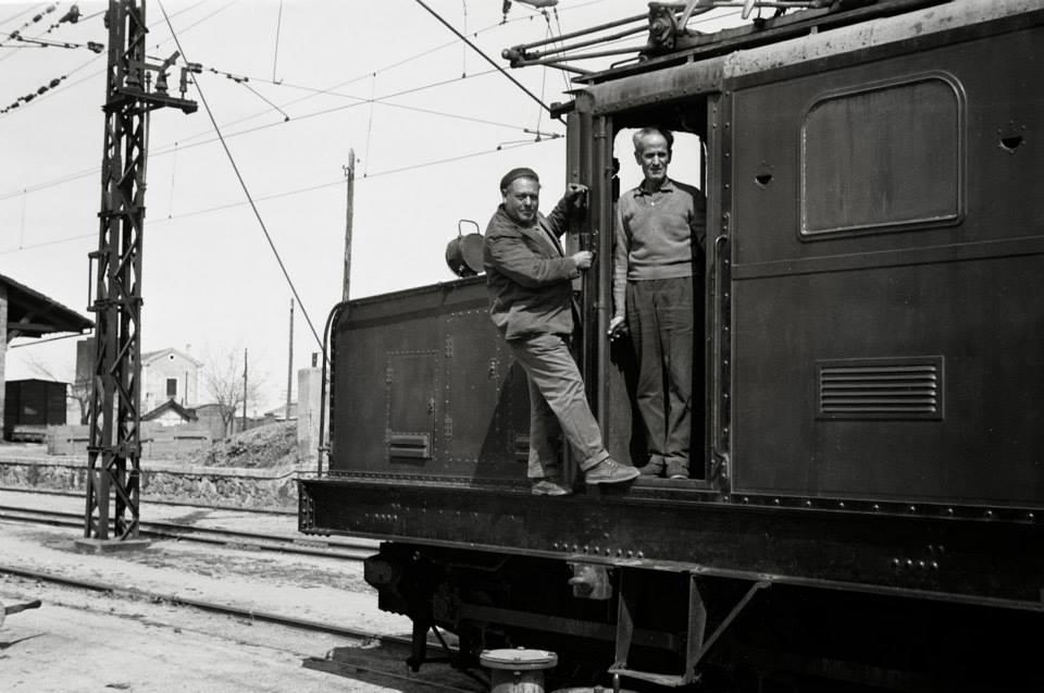 Maquinistas de la cocodrilo en la estación de vía estrecha de Puertollano a Peñarroya