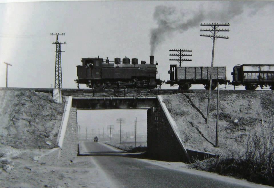 La Gorda con un tren de tolvas subiendo del Pozo Norte, cruzando la carretera de Puertollano a Mestanza