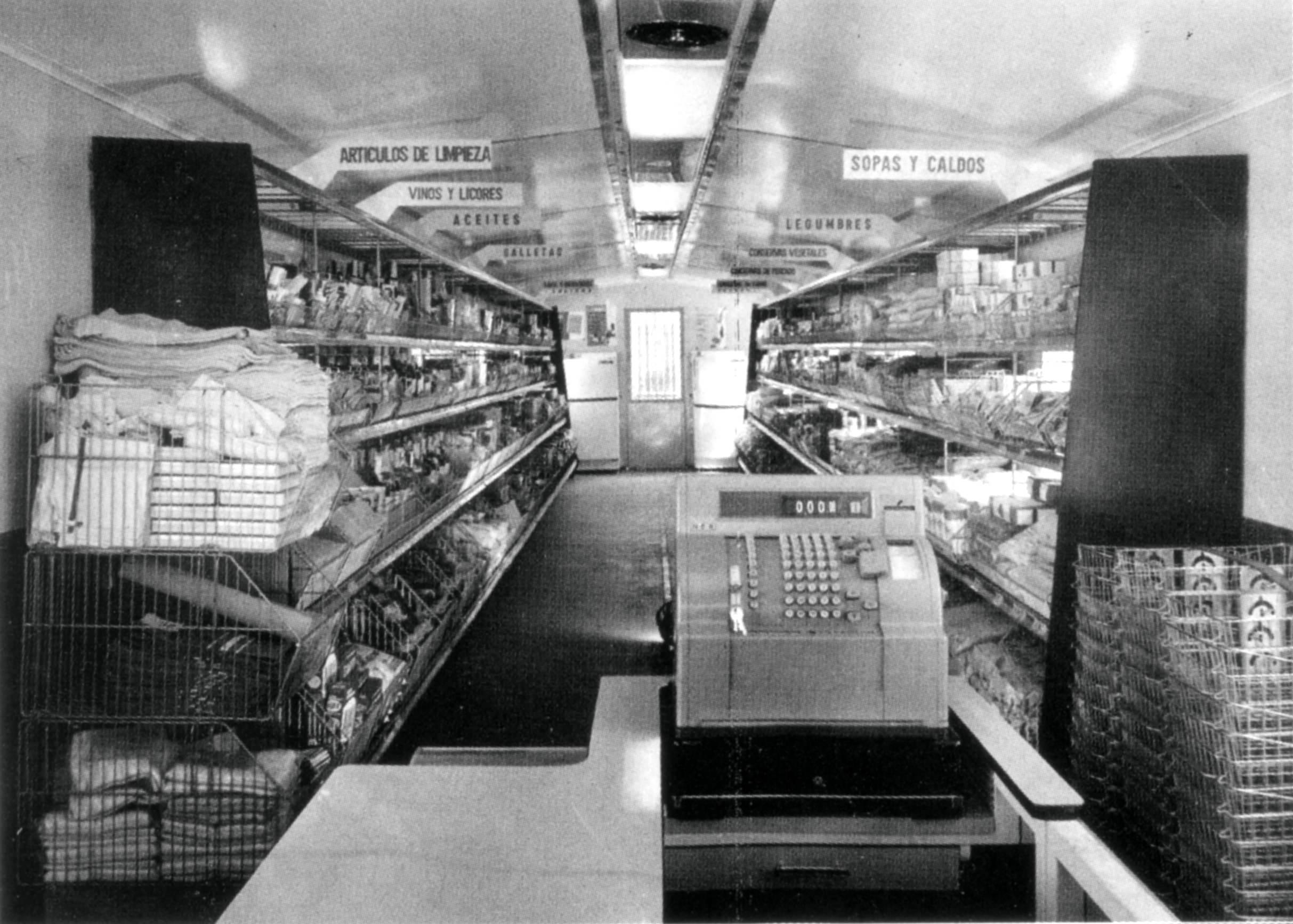 Interior del furgón-economato