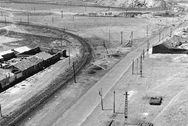 A la izquierda, Ferrocarril de Loring a la mina La extranjera. A la derecha, carretera Córdoba