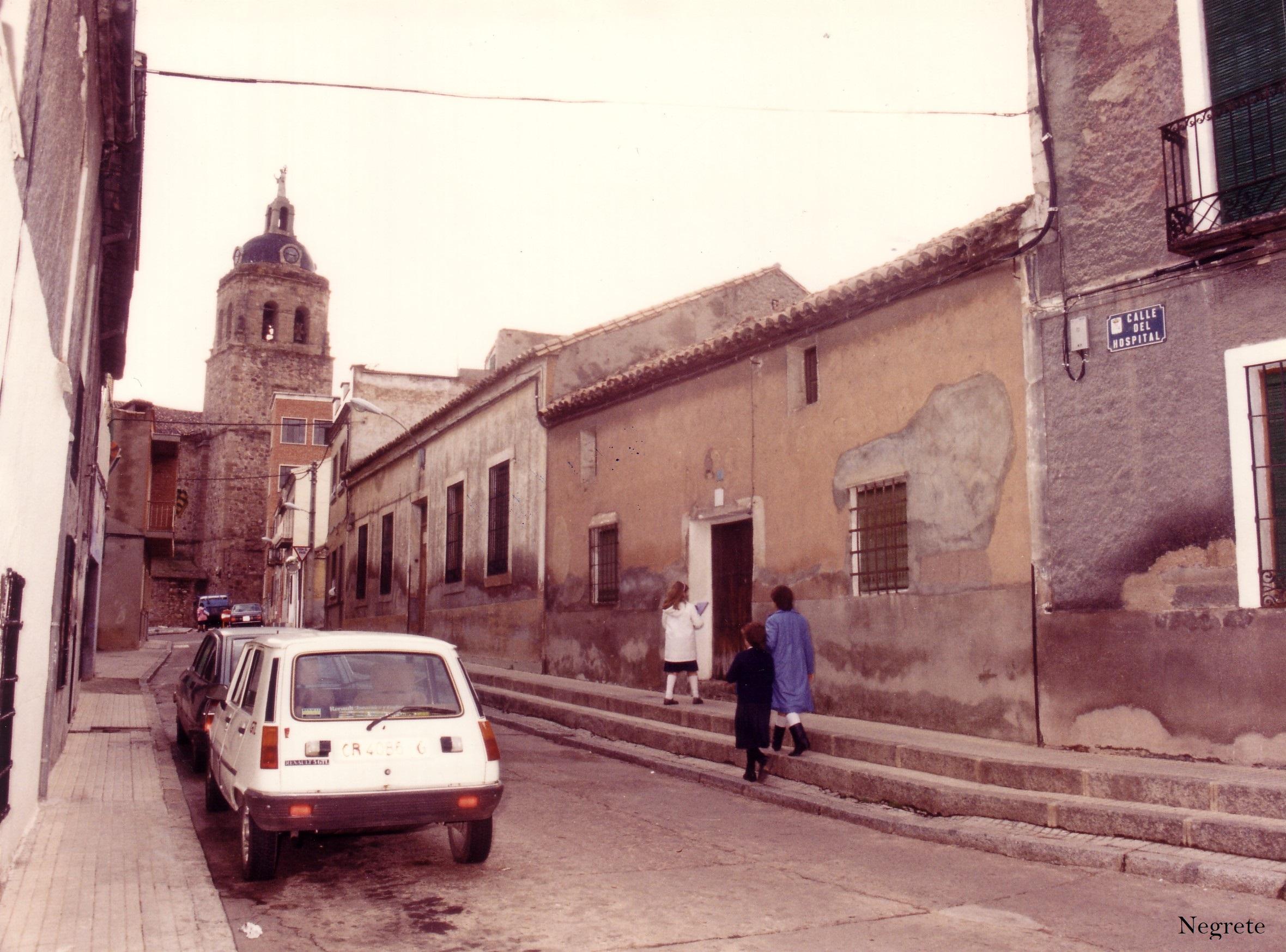 Calle Hospital y al fondo la Iglesia de la Asunción. A la derecha estaría los antiguos juzgados. Fotografía F. Negrete 1990