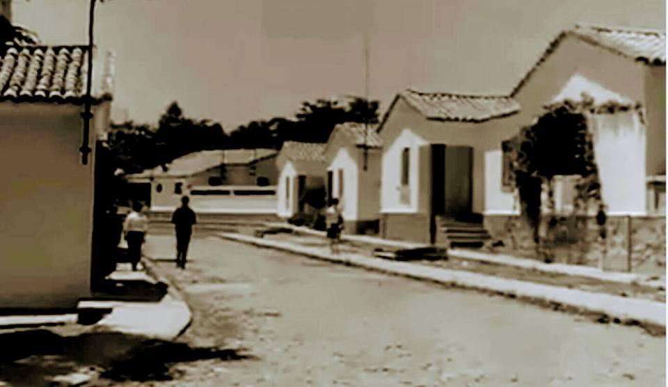 Calle y casas del poblado