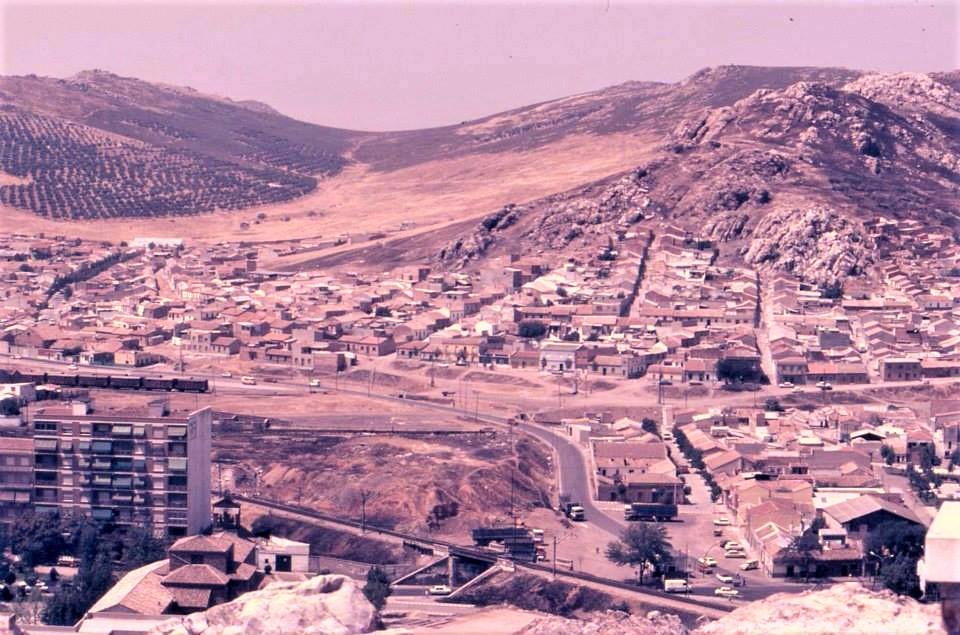 Vista del Cerro San Sebastián. En primer término se puede observar el puente del tren y la báscula