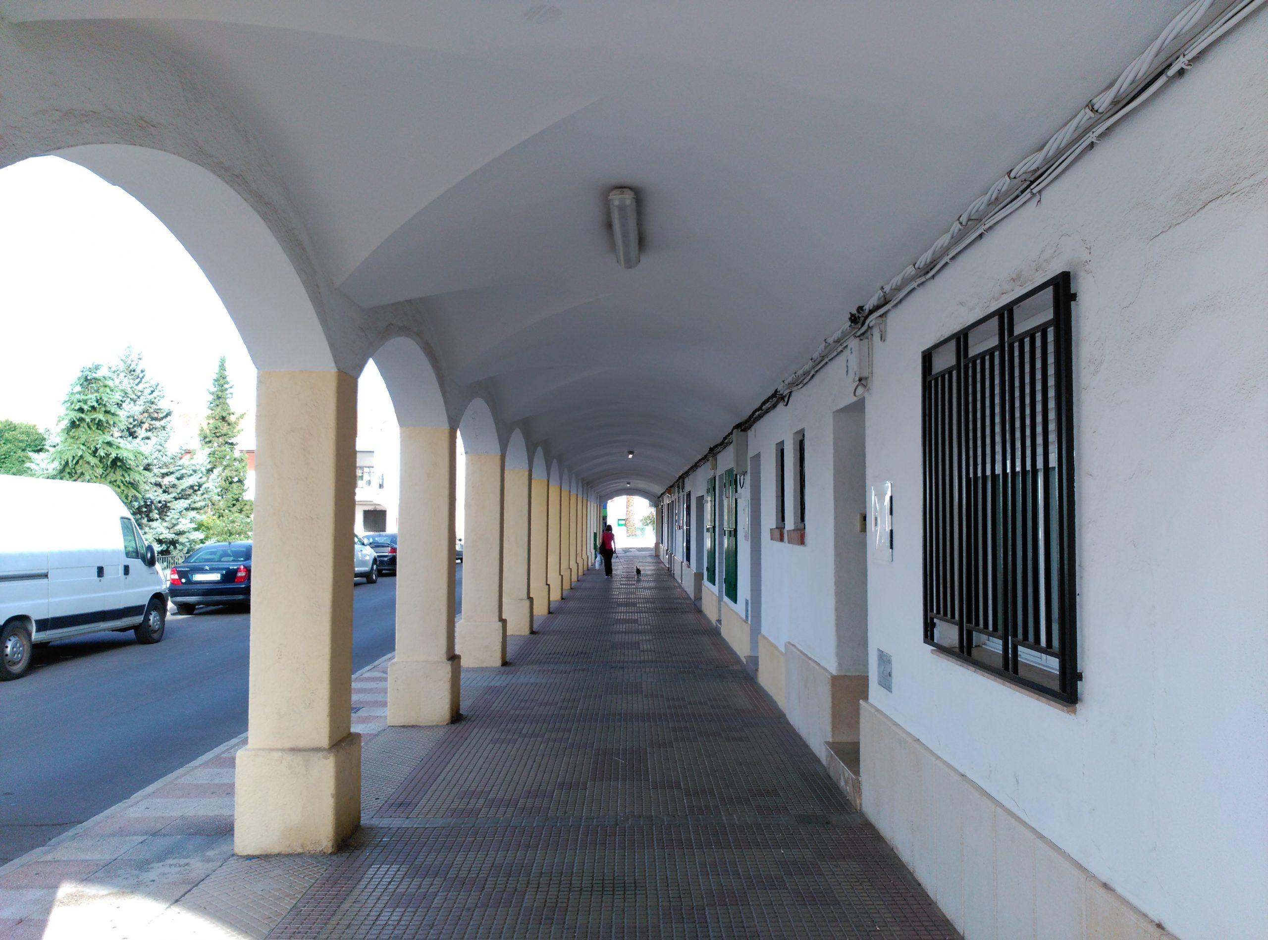 Los soportales que rodean la plaza de San José. Fotografía F. Negrete