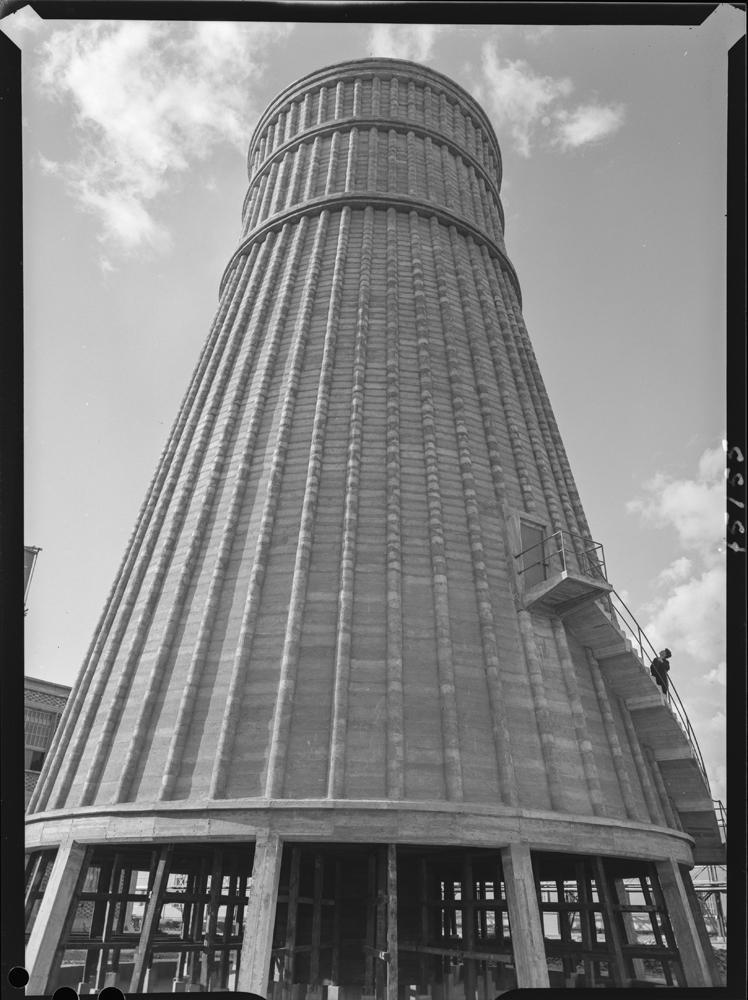 Instalaciones de Puertollano [Torre de la refinería de la Empresa Nacional Calvo Sotelo de Combustibles y Lubricantes (ENCASO) con hombre en su escalera]